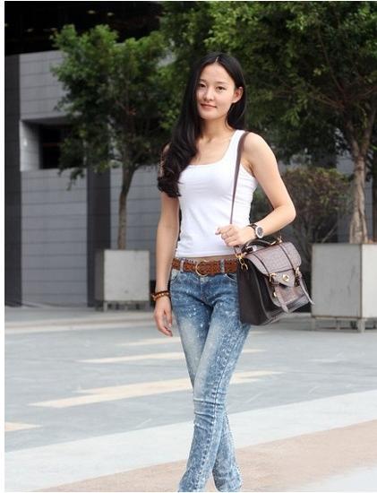 高品质街拍:小小牛仔裤,衬托美女超棒小身材!