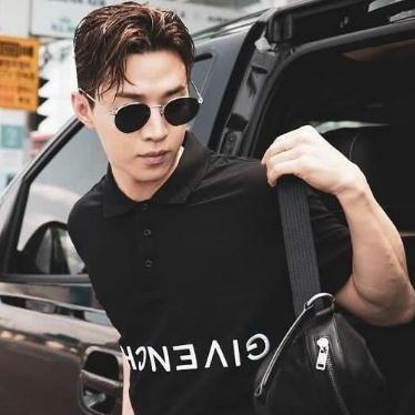 刘宪华黑色休闲装现身机场,肩上的包包很抢眼